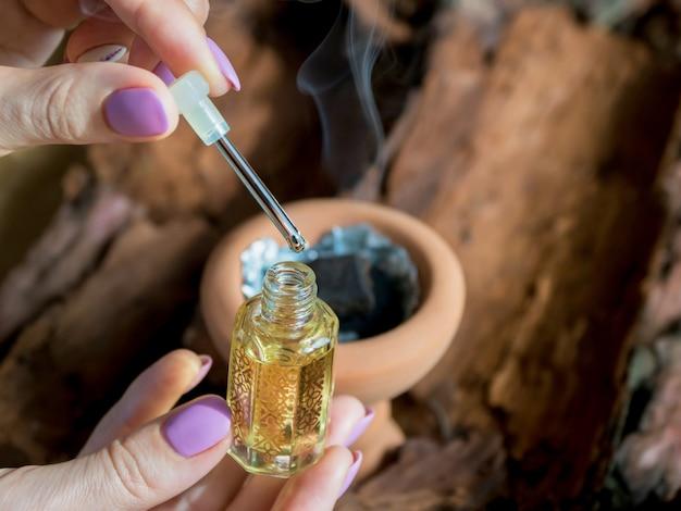 アラビア風アタール香水または沈香油の香り。 Premium写真