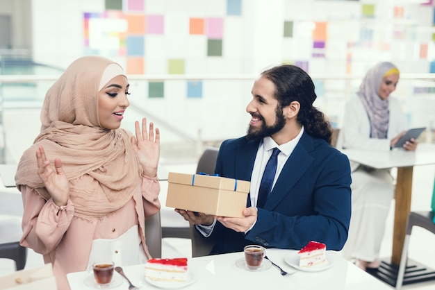Arabian couple sitting in cafe after shopping. Premium Photo