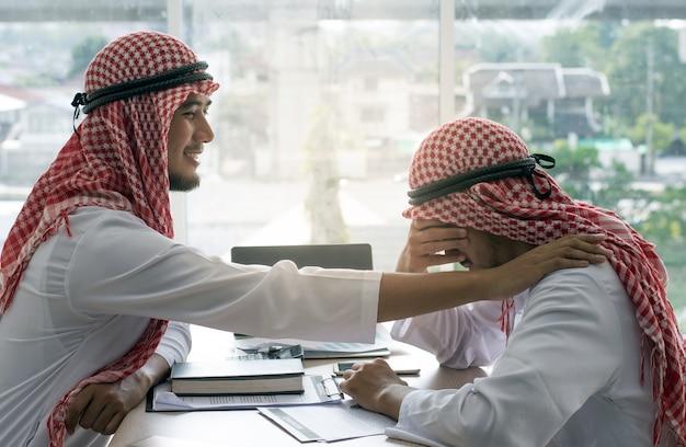Арабский человек утешительный друг Premium Фотографии
