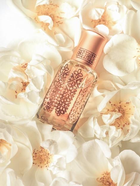 ミニボトルのアラビアウードアター香水または沈香油の香り。 Premium写真