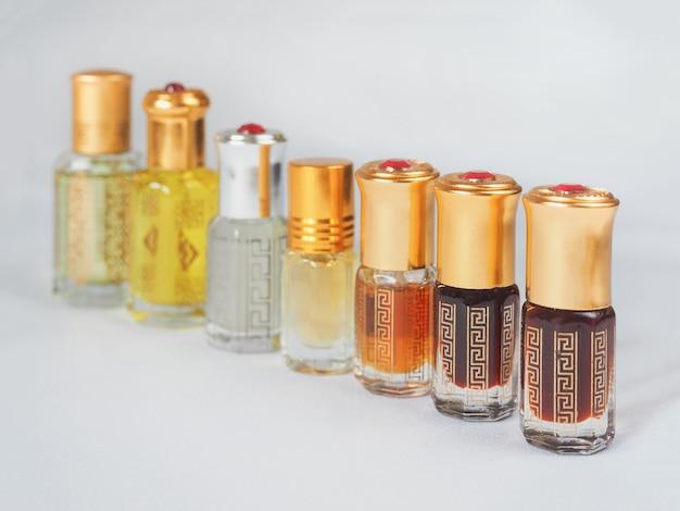 アラビアのウードアター香水または沈香油のフレグランス。 Premium写真