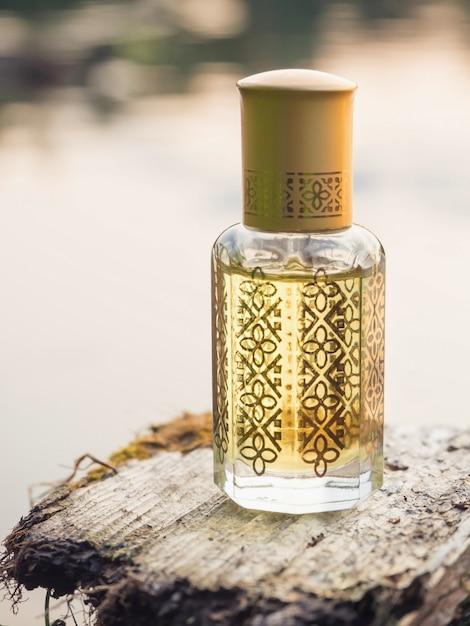 ミニボトル入りのアラビアンウッタルアター香水または沈香油の香り。 Premium写真