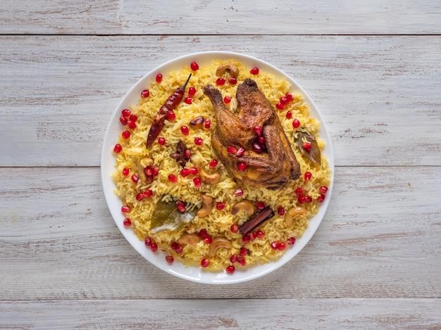 アラビア料理、イードのレシピ。イエメンスタイル。焼き鳥とご飯のお祝い料理 Premium写真