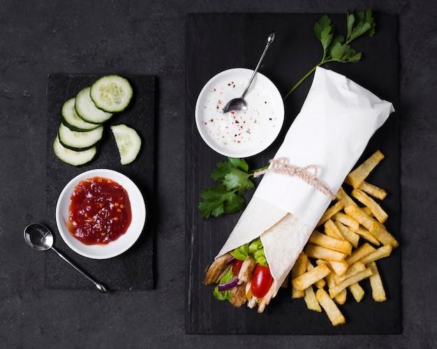 Сэндвич с арабским кебабом и соусом кетчуп Бесплатные Фотографии