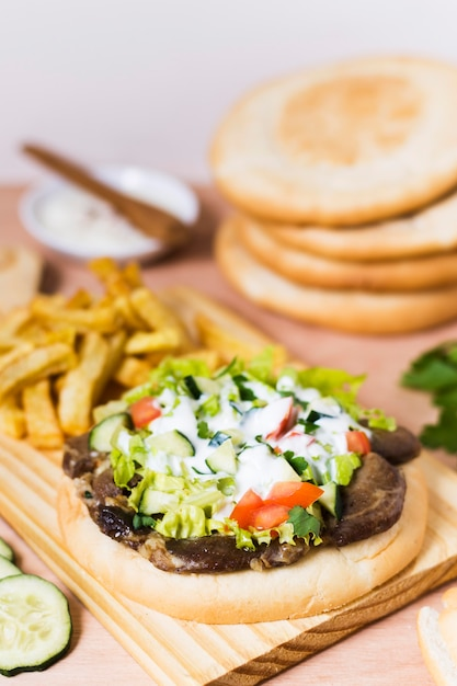 Сэндвич с арабским кебабом и соусом в лаваше Бесплатные Фотографии