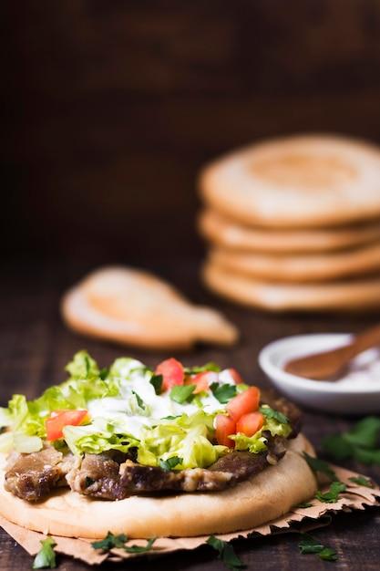 Сэндвич с арабским кебабом в лаваше на размытом фоне Бесплатные Фотографии