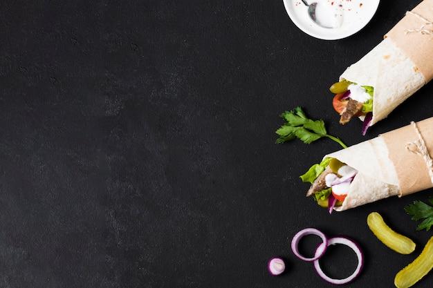 Сэндвич с арабским кебабом на черной копии космического стола Premium Фотографии