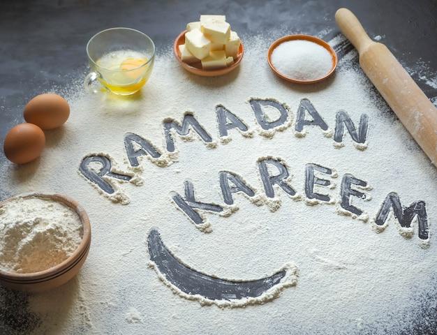 ラマダンカリームの碑文とアラビア菓子の背景。 Premium写真