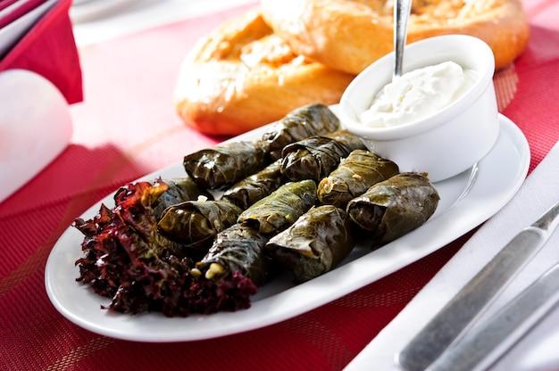 Арабская традиционная еда, тарелка долмас. Premium Фотографии