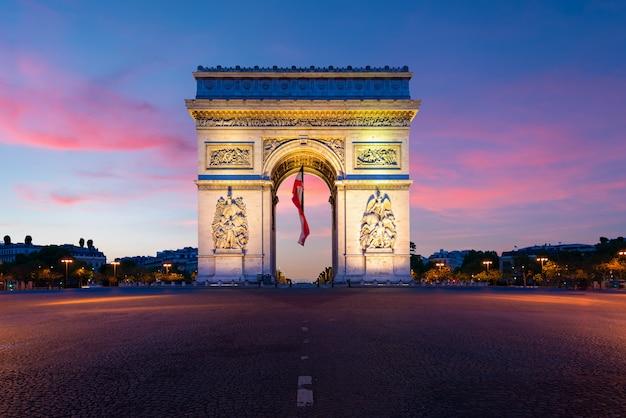 Arc de triomphe de paris at night in paris, france. Premium Photo