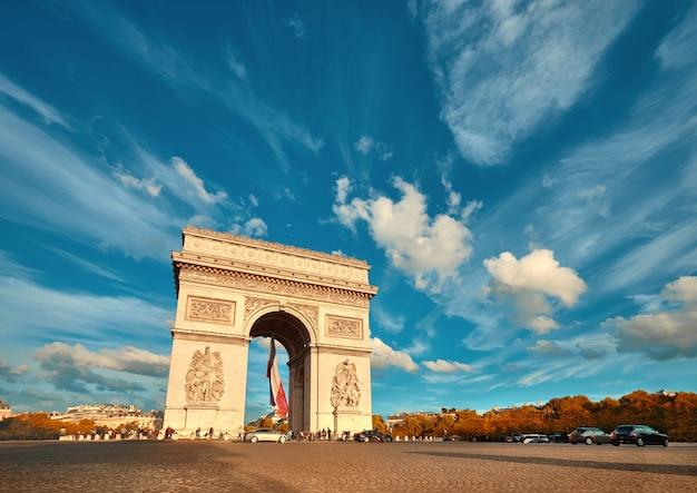 Триумфальная арка в париже с красивыми облаками позади осенью Premium Фотографии