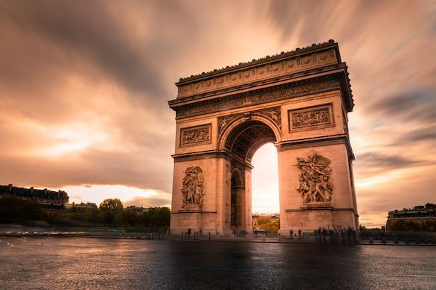 パリ市内中心部のarc旋門 Premium写真