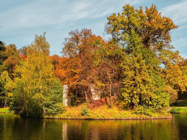 Tsaritsyno 공원 모스크바의 섬에 아치-유적 프리미엄 사진
