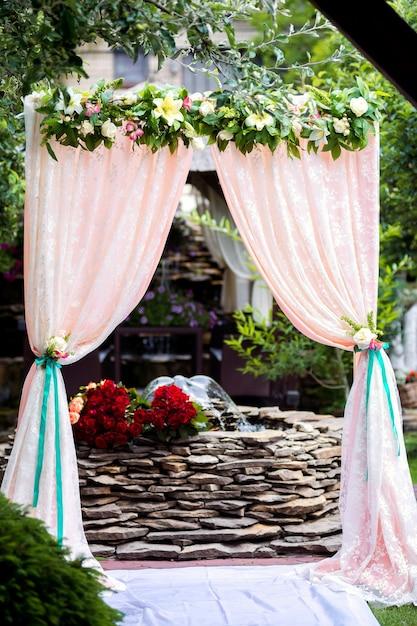 自然の中の結婚式のためのアーチ Premium写真