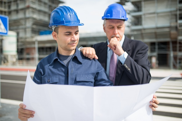 Architect explaining what work to do to the site manager Premium Photo