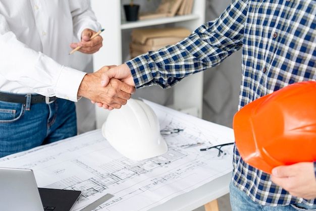 Architect finishing negotiating with client Free Photo