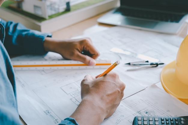 オフィスで働く建築家またはエンジニア。建設コンセプト。エンジニアリングツール。 Premium写真
