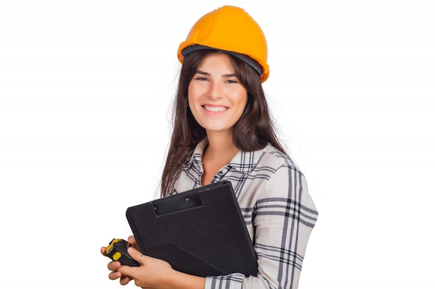 建設ヘルメットを着用し、フォルダーを保持している建築家の女性。 無料写真