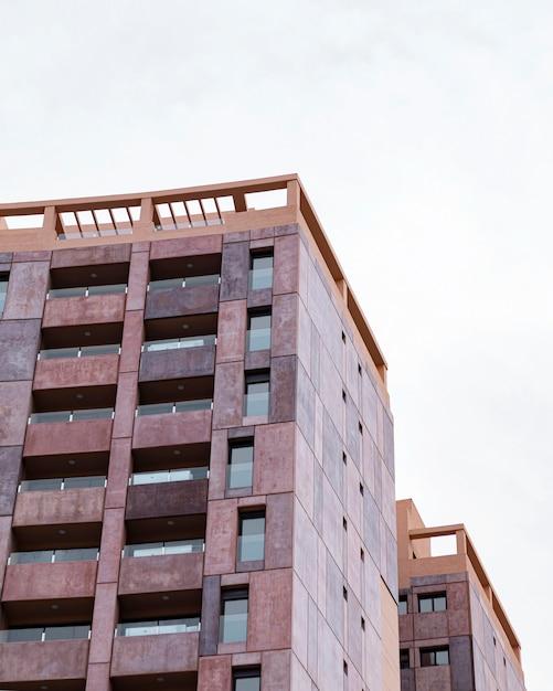 Edificio di appartamenti architettonici in città con copia spazio Foto Gratuite