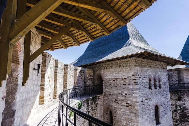 Архитектурные детали средневекового форта в сороках, республика молдова. Premium Фотографии