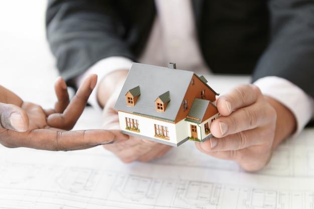 건축, 건축 및 건설 개념. 새 주택 프로젝트의 설계를 평가하는 두 엔지니어의 자른 샷입니다. 무료 사진
