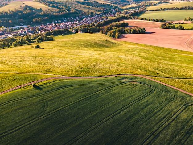 Участки земли, покрытые зеленой травой в дневное время Бесплатные Фотографии