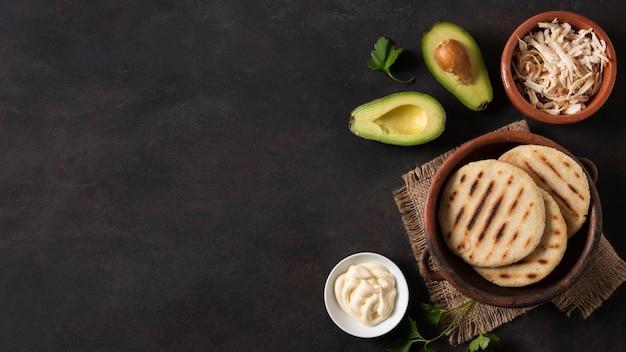 Плоская форма рамы из ареп и авокадо Бесплатные Фотографии