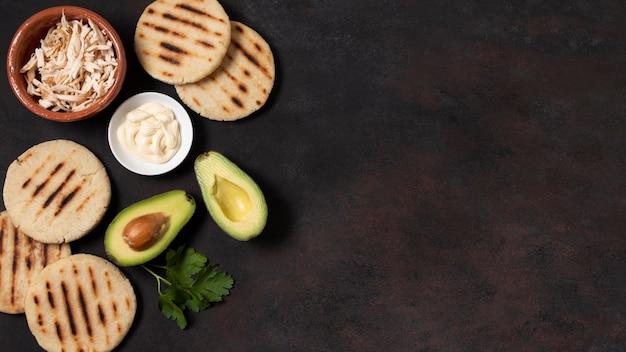 Вид сверху рамы arepas и авокадо Бесплатные Фотографии