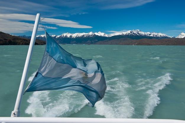 Аргентинский флаг развевается Premium Фотографии