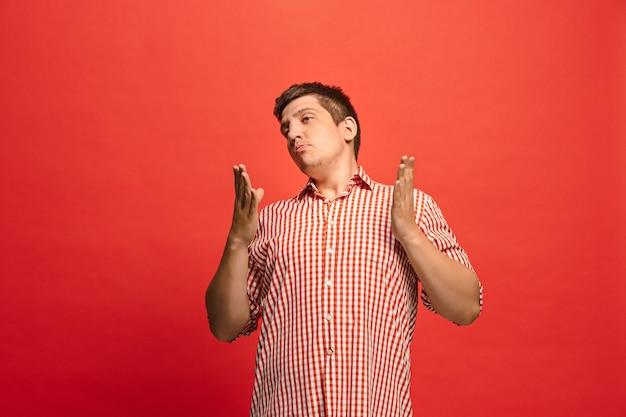 Спорить, аргументируя концепцию. смешной мужской поясной портрет, изолированные на красном фоне студии. молодой эмоциональный удивленный человек Бесплатные Фотографии