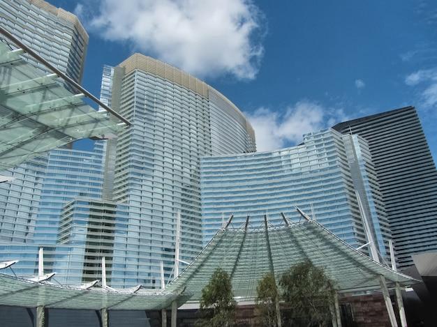 Отель aria в лас-вегасе весной на фоне голубого неба Premium Фотографии