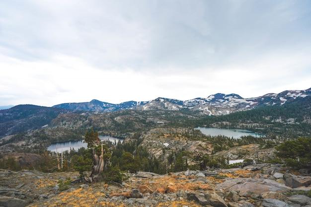 アリエルショット、カリフォルニア州タホ湖の近くに生い茂る崖と山々 無料写真
