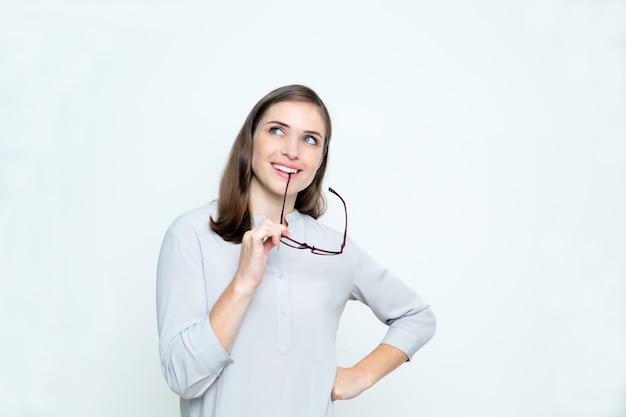 Крупным планом улыбается мечтательной женщина кусает очки arm Бесплатные Фотографии