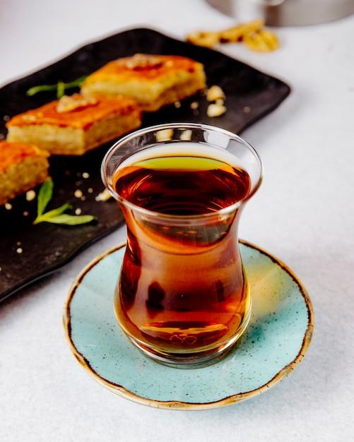 Черный чай в бокале armudu с пахлавой Бесплатные Фотографии
