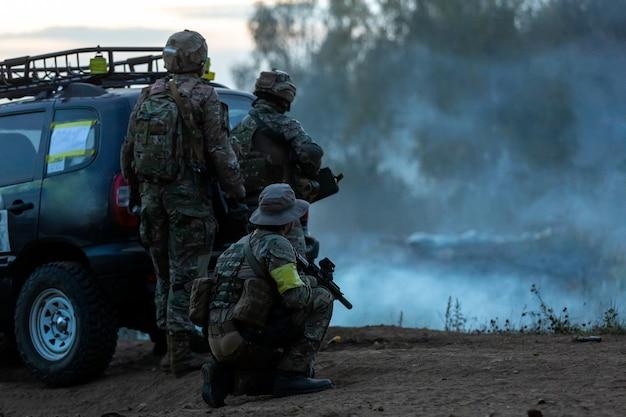 Солдаты армии во время военной операции. война, армия, технологии и люди концепция Premium Фотографии
