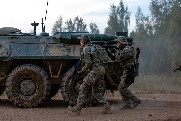 Солдаты армии во время военной операции Premium Фотографии