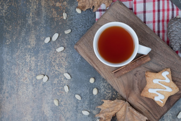 大理石の背景にクッキーとシナモンと白いカップのアロマティー 無料写真