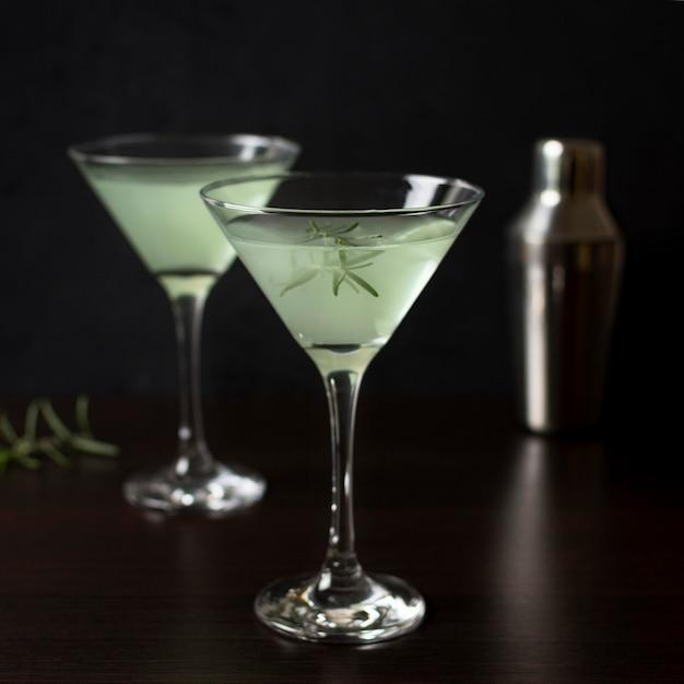 提供する準備ができているカクテルの芳香族グラス 無料写真