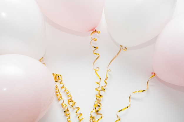 Arrangement of balloons with golden ribbons Free Photo
