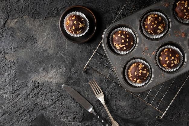 Disposizione dei cupcakes al cioccolato con copia spazio Foto Gratuite