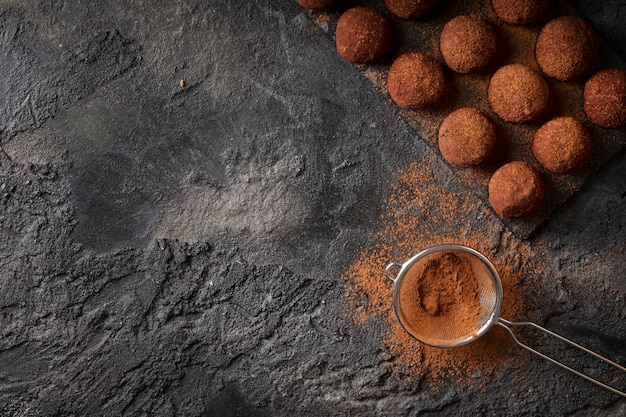 Disposizione di deliziose prelibatezze al cioccolato con copia spazio Foto Gratuite