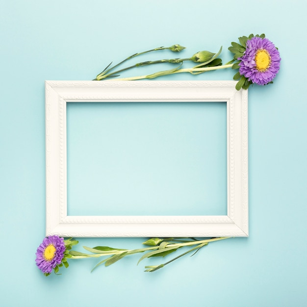 Arrangement of empty copy space frame and flowers Free Photo