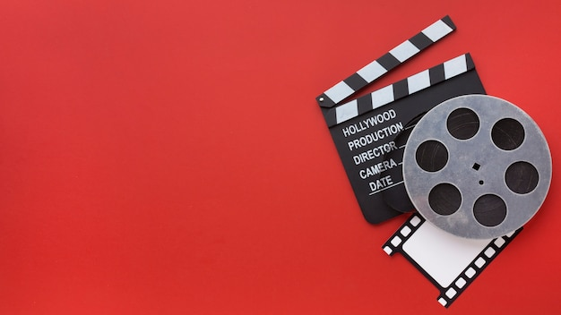 Arrangement of film elements on red background with copy space Free Photo