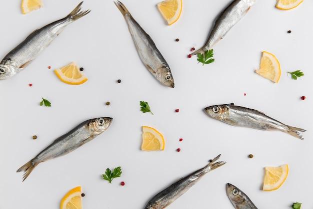 Disposizione di pesce e limone vista dall'alto Foto Gratuite
