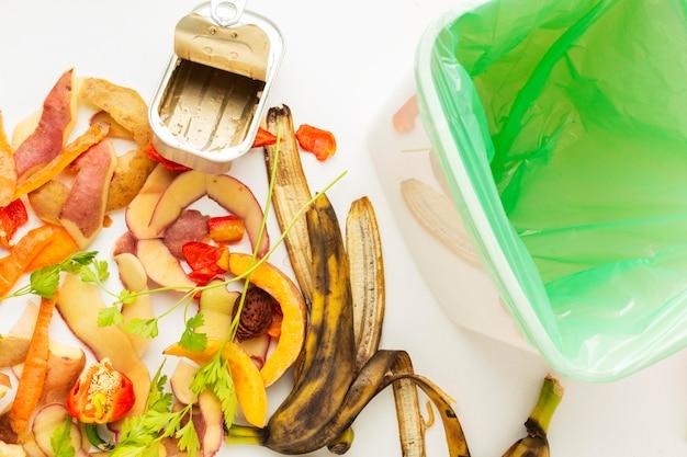 Disposizione degli avanzi di cibo e bidone sprecati Foto Gratuite