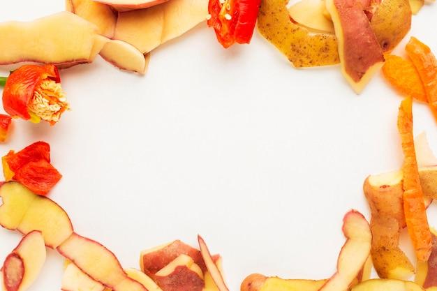 Disposizione degli avanzi di cibo sprecato verdure sbucciate copia spazio Foto Gratuite