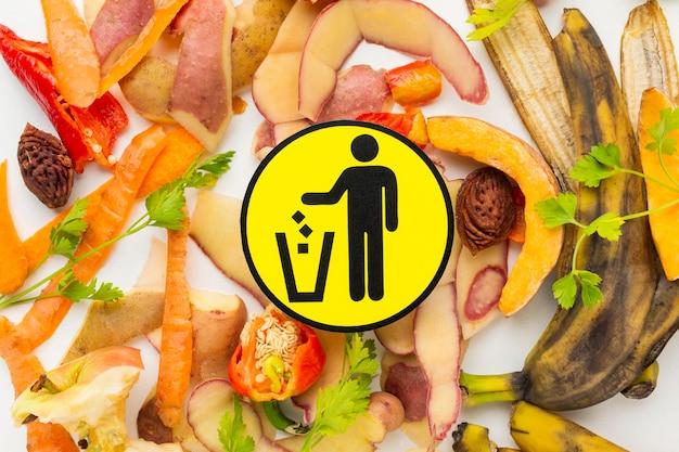 Disposizione del simbolo di verdure sbucciate cibo sprecato rimanente Foto Gratuite