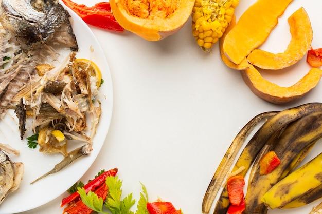 Disposizione degli avanzi di cibo e piatti sprecati Foto Gratuite