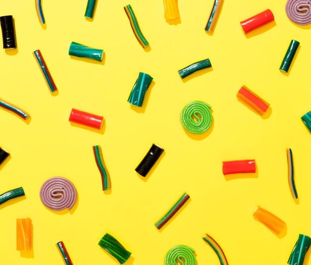 黄色の背景にキャンディーの配置 無料写真