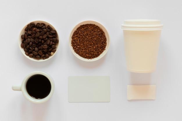 Расположение элементов брендинга кофе на белом фоне Бесплатные Фотографии
